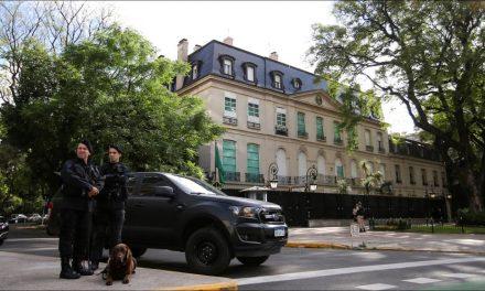 وسط إجراءات أمنية مشددة بالأرجنتين.. ابن سلمان يحتمي بالسفارة السعودية بدلاً من النزول بالفندق