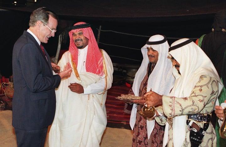 الغارديان: هذه أسرار العلاقة القذرة بين جورج بوش وآل سعود