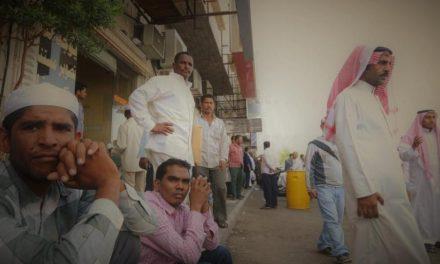 بلومبيرغ: التدهور الاقتصادي يجبر السعودية على مراجعة رسوم الوافدين
