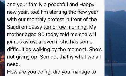 عجوز نرويجية تتظاهر أمام السفارة السعودية تضامنًا مع الناشطات المعتقلات