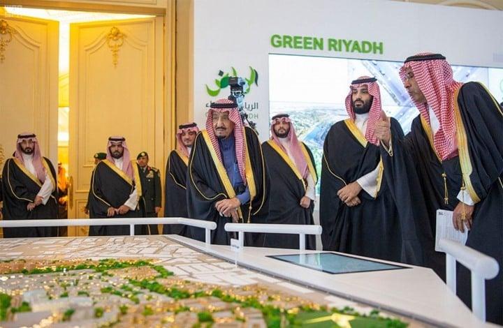 """ناشط سعودي يكشف حقيقة تقليص صلاحيات """"ابن سلمان"""""""