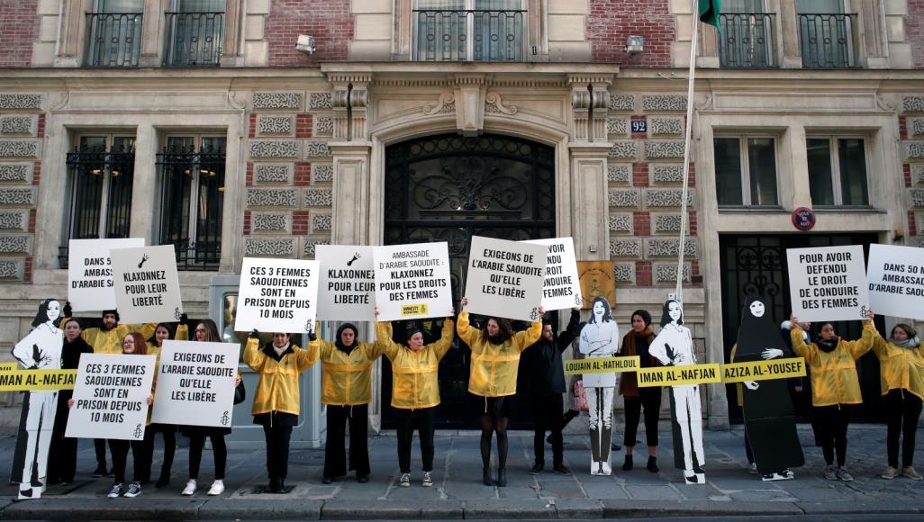 """وقفة لـ""""العفو"""" أمام السفارة السعودية بباريس احتجاجًا على اعتقال الناشطات"""