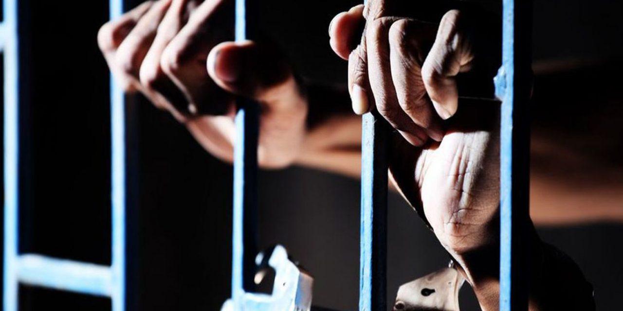 """اعتقال مسن تعسفيًا بتهمة """"إبداء الرأي"""" بمجلس عام"""