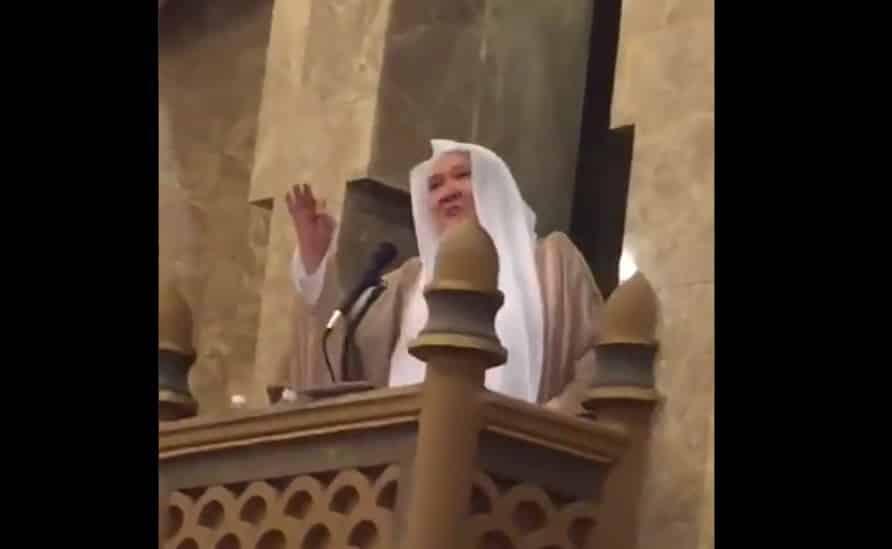 فصل إمام جامع بمكة بعد مناشدته تخفيض الضرائب على المقيمين