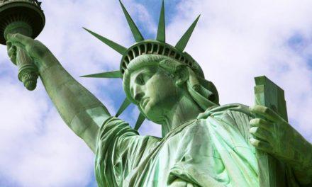 نصب تمثال الحرية الأمريكي بجوار الكعبة المشرفة بالسعودية.. ماذا يحدث؟!