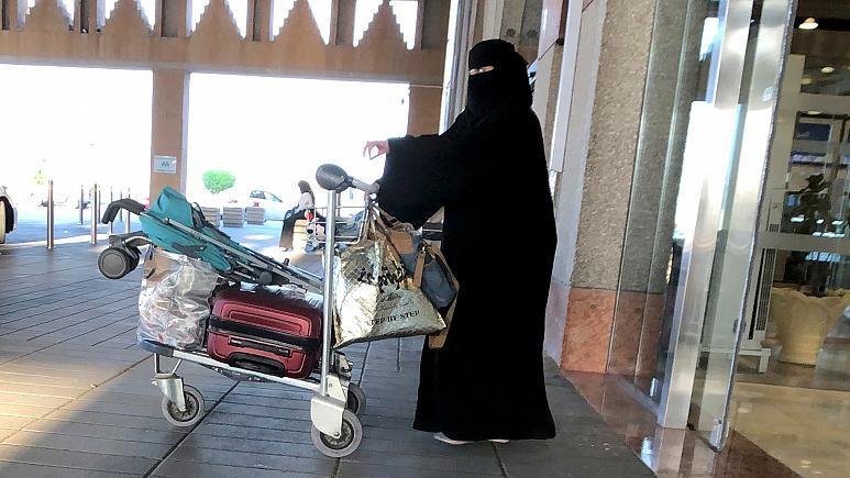 قرار جديد.. المرأة السعودية يمكنها السفر بطفلها دون إذن أبيه
