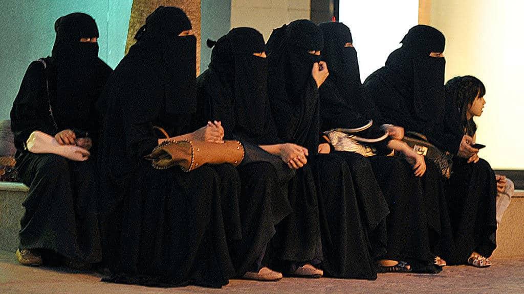بعد منح المرأة حق السفر.. هل يزيد عدد الهاربات من السعودية؟