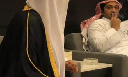 """سفير السعودية بالأردن يشعل السيجارة لشيخ قطري معلقًا على الأزمة: """"تنحل""""!"""