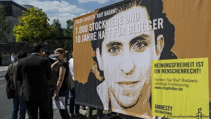 """تطورات إضراب المدون المعتقل """"رائف بدوي"""" عن الطعام"""