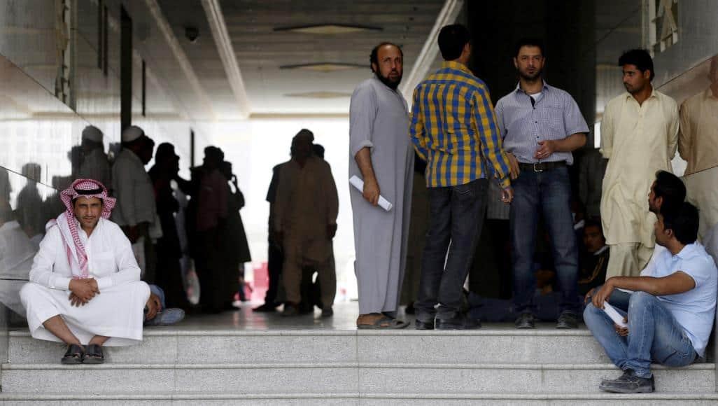 قوانين جديدة للوافدين.. أي مستقبل ينتظر العمالة في السعودية؟