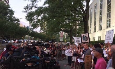"""وقفة للصحفيين أمام السفارة السعودية بواشنطن في ذكرى مقتل """"خاشقجي"""""""