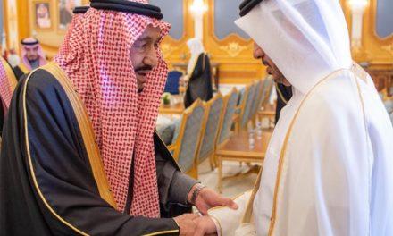 """بالابتسامات والأحضان.. الملك """"سلمان"""" يستقبل وفد قطر بالقمة الخليجية!"""