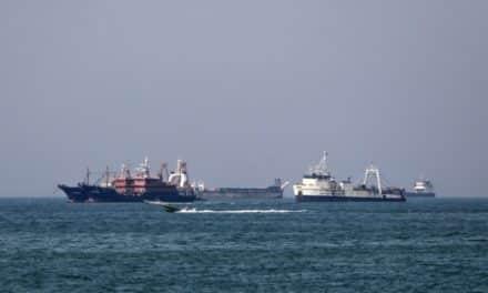 تقارير: ناقلات نفط سعودية علقت مرورها عبر مضيق هرمز