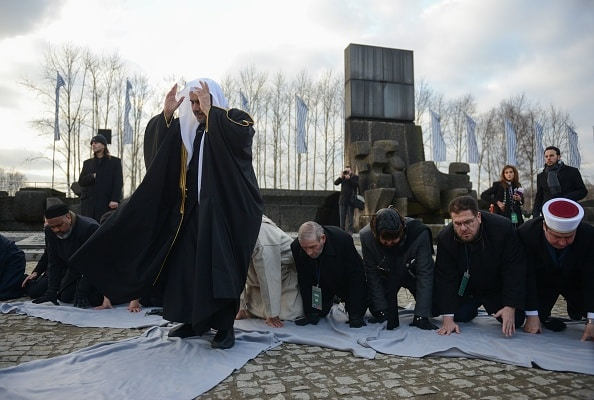 في مشهد غير مسبوق.. أمين عام رابطة العالم الإسلامي يصلي في الهولوكوست!