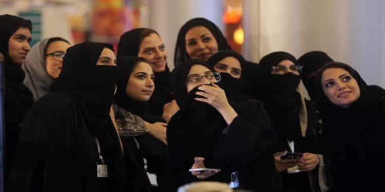 هكذا واجه السعوديون السلطة بحقيقة واقع المرأة