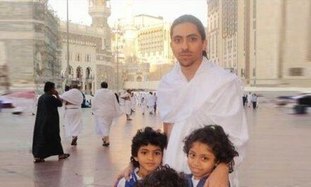 """تحسن صحة المعتقل """"رائف بدوي"""" عقب تعليقه إضرابًا عن الطعام"""
