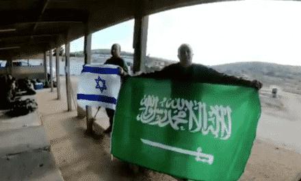 استمرارًا لمسلسل التطبيع.. ضابط صهيوني يرفع علم السعودية ويتمنى زيارتها!