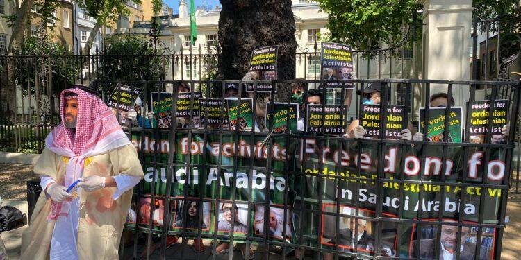 تظاهرة احتجاجية أمام السفارة السعودية بلندن لإطلاق سراح معتقلي الرأي