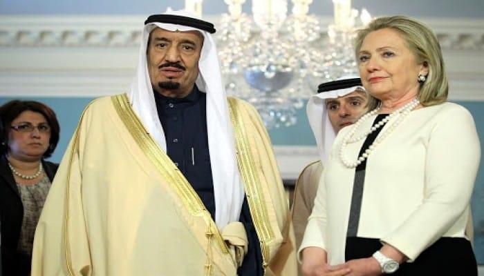 السعودية في رسائل كلينتون.. مجتمع متطرف ودولة تبحث عن حماية
