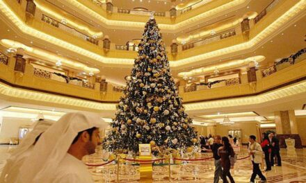 في مشهد مستهجن.. أشجار عيد الميلاد تغزو متاجر وفنادق الرياض