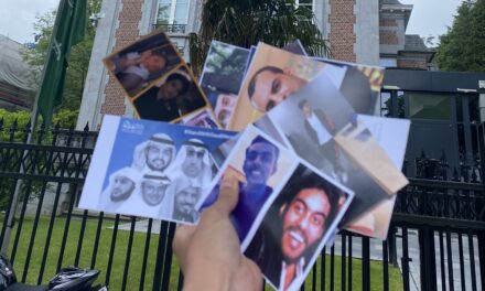 """""""الهذلول"""" تدعم معتقلي الرأي السعوديين أمام سفارة المملكة ببروكسل"""